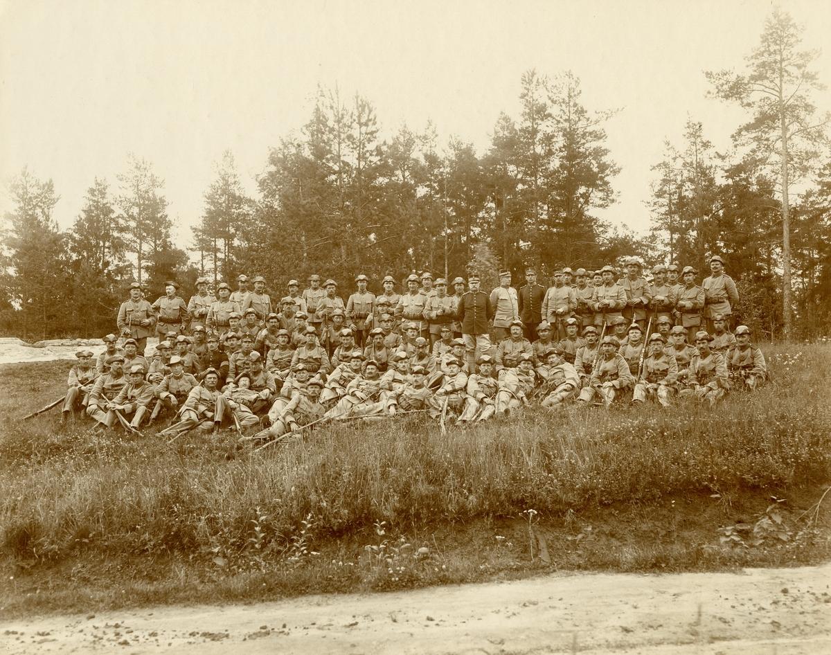 Grupporträtt av officerare och soldater vid förmodligen Värmlans regemente I 22.