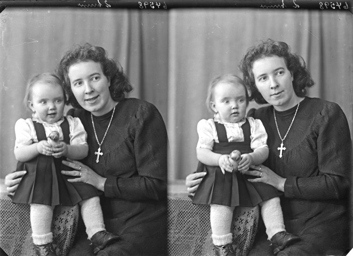 Portrett. Familiegruppe på to. Ung kvinne og liten pike. Mor og datter. Bestilt av Thea Annaniassen. Førresfjorden