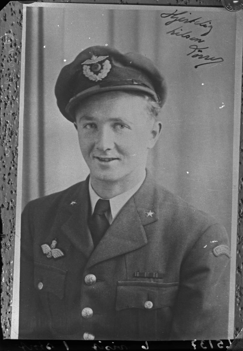 Portrett. Ung mann i flyvåpen(pilot)uniform. Kopi av positiv. Bestilt av Fru Sandvik