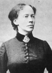 Frelsesoffiseren: Hanna Ouchterlony var svensk, født i 1838. Hun hadde gått inn i Frelsesarméen i 1878, og ledet dens arbeid i Sverige i ni år. Hun var med på å starte bevegelsen også i de andre nordiske landene, og grunnla den norske avdelingen i 1888, der hun senere var leder 1894-1900. I årene 1897-99 bodde hun i Wessels gate 15, trolig i hjørneleiligheten i tredje etasje. Sammen med henne bodde en annen frelsesoffiser, Ingeborg Johannesen fra Bodø, født 1870, og et barn, Lilla Winter, født 1888 i Kabelvåg.