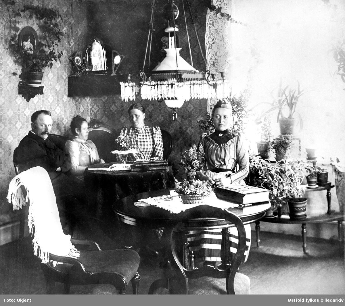 Stueinteriør fra hjem på Larkollen i Rygge 1892. Hjemmet til Carl E. Iversøn. Fra venstre:  Carl Emerntius Johannesen Iversøn (1838-1930) (dampskipsfører), kona Hedvig Jacoba Iversøn (1852-1935), Dikka Abel, Karen Bredal.  Ifølge folketelling 1910 for Rygge var Carl og Hedvig bosatt på Fagerheim, Larkollen i Rygge.