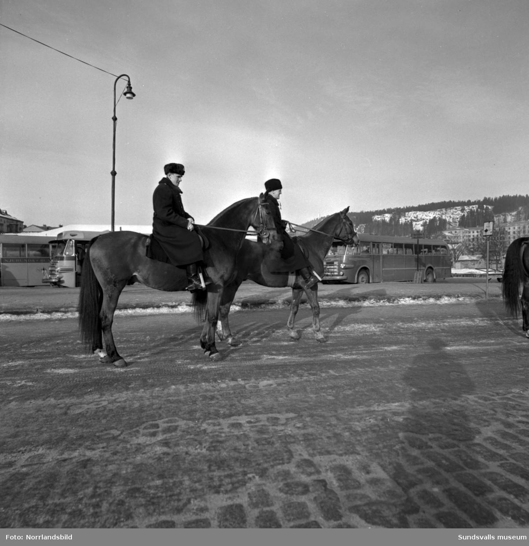 Ridande poliser ut på olika platser i Sundsvall, bland annat vid busstationen och på Stora torget.