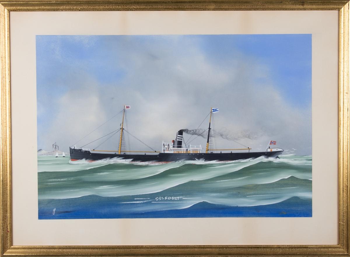 Skipsportrett av DS FOSLI under fart i åpen sjø. Kystlandskap med signaltårn til venstre i motivet. Skipet fører rederiflagg og norsk flagg i akter og i formasten.