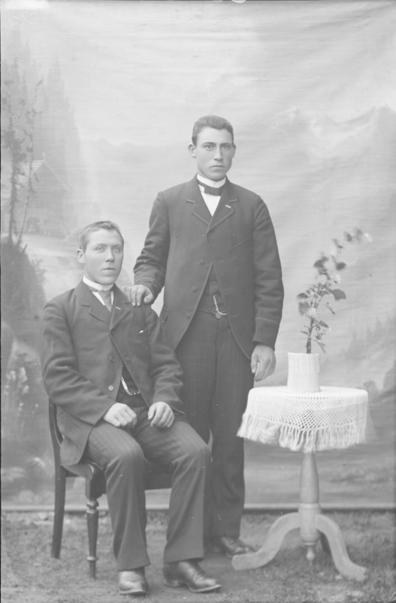Portrett, Hilmar Hansen på stolen, Kristian Johansen står