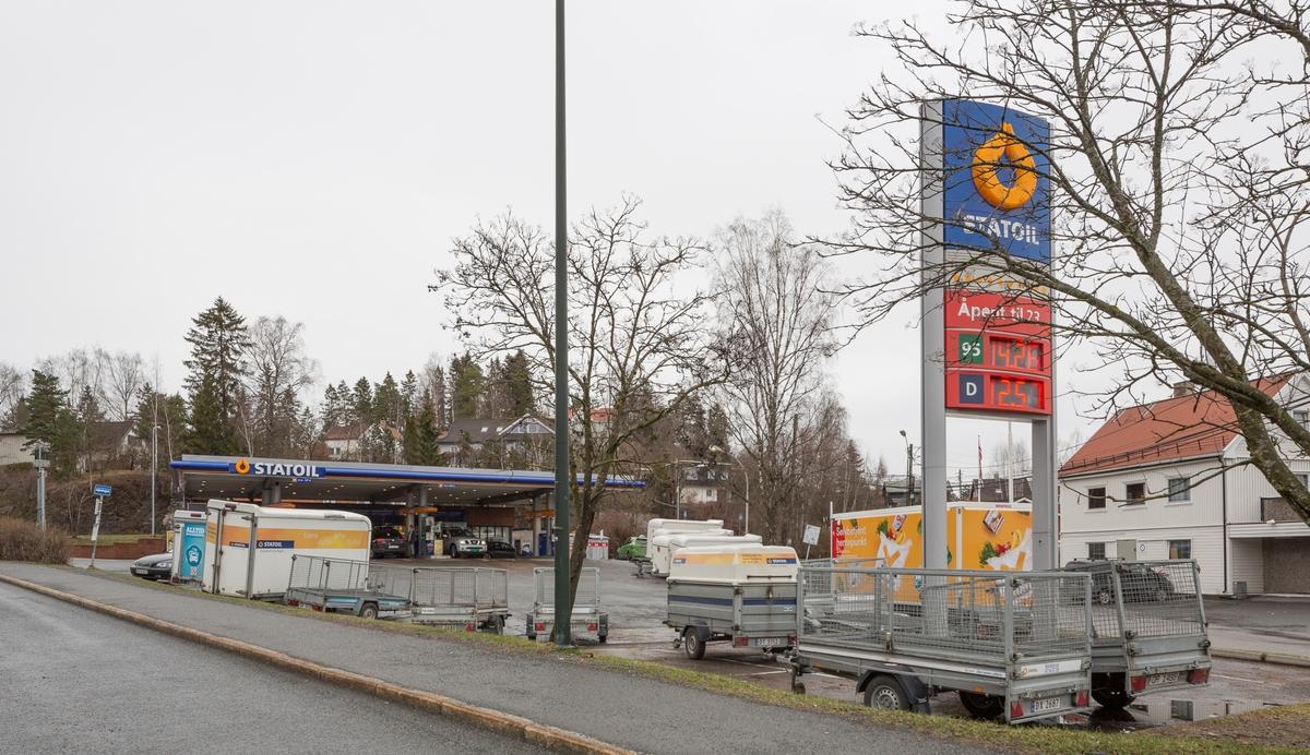 Statoil Nadderud. Bensinstasjon med veiskilt Statoil. Parkerte utleietilhengere i forgrunnen.