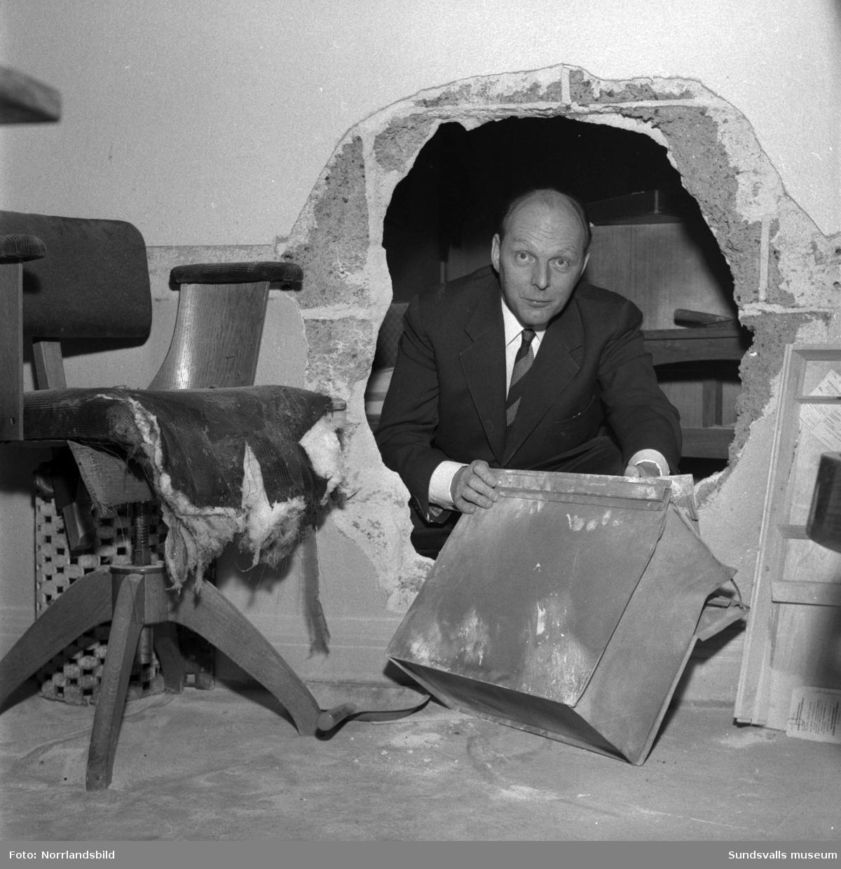 Kassaskåpskupp på restaurang Runan 1959. Förövarna har sprängt ett stort hål i väggen där källarmästare Carl Ståhl ses titta fram. De tre rånarna kom över 11.000 kronor men trion greps nästan omgående av patrullerande poliser på Storgatan.