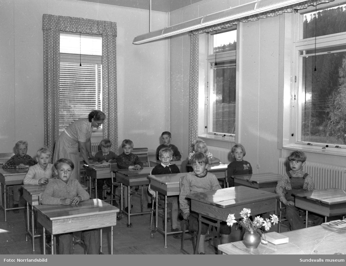 Lucksta gamla skola ombyggd och renoverad. Barn och personal i klassrum och matsal.