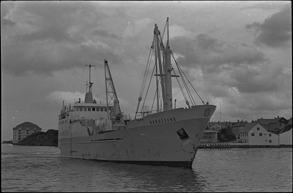 """Skipet """"Randesund"""" utenfor Skagen, på sørvestsiden av Hasseløy. Det står Veritas-ruten på den ene siden, og kommunevåpenet til Haugesund pryder baugspissen."""