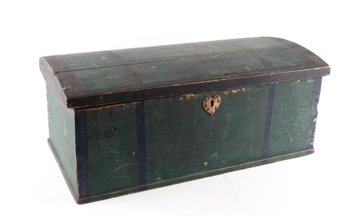 Grønnmalt trekiste med hjerteformet låsbeslag skåret ut i tre. Lås og hengsler i metall. Kisten har leddik med lokk innvendig.