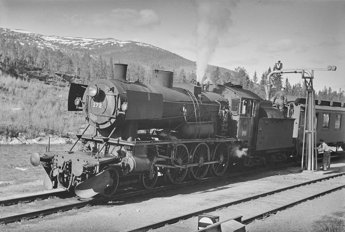Dagtoget fra Trondheim til Oslo Ø over Røros, tog 302, fyller vann på Langlete stasjon. Toget trekkes av damplokomotiv type 30a nr. 272.