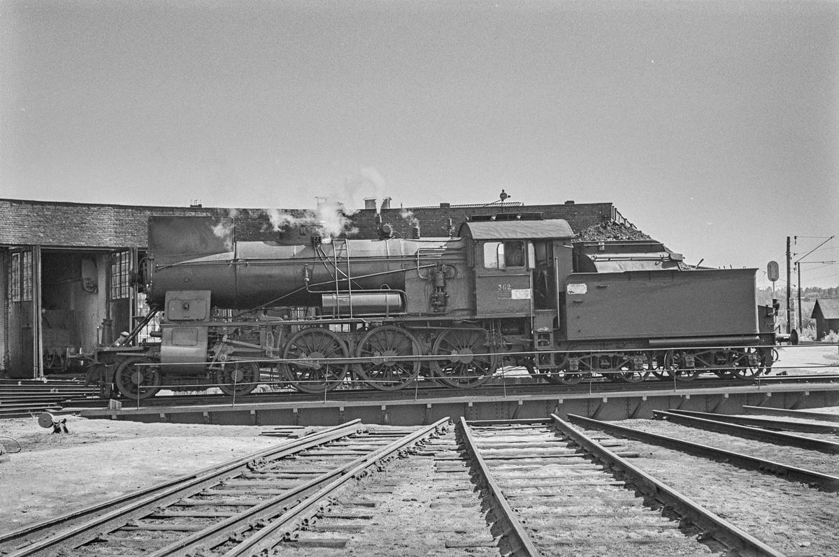 Damplokomotiv type 30b nr. 362 på svingskiven på Hamar stasjon. .