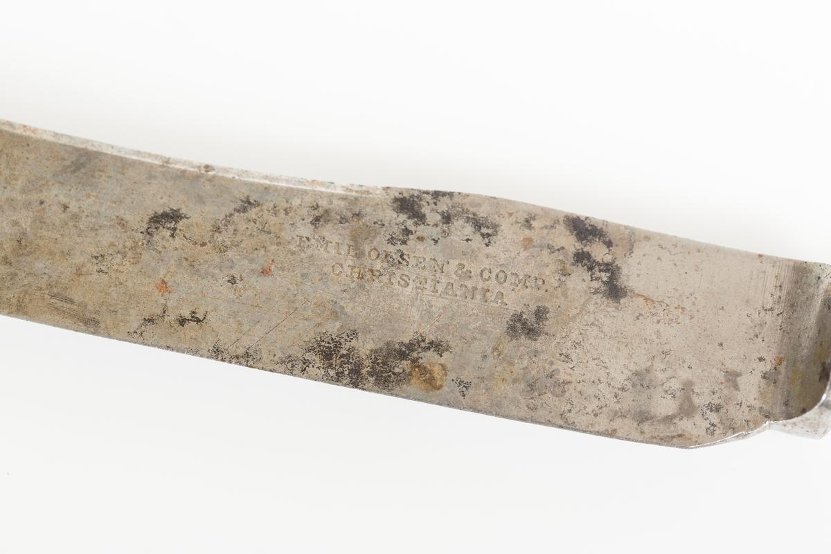 Kniv med knivblad av metall med rund ende og skaft av tre. Produsentlogo på knivbladet.