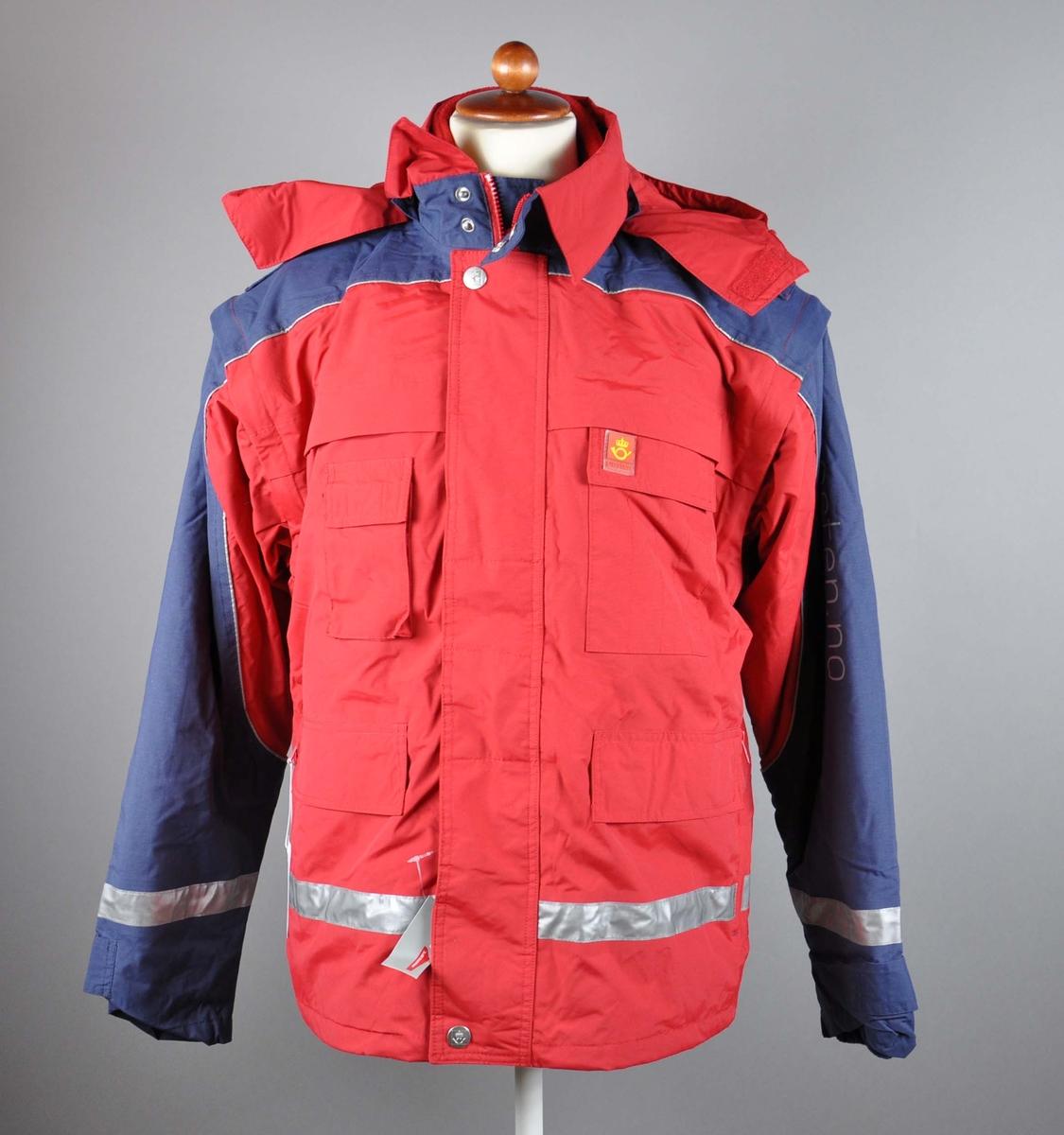 Rød uniformsjakke med tekst og posthornemblem. Med hette og avtagbart for. Med 4 lommer og mobillomme. Refleksbånd i livet og på ermene.  Størrelse M- Dame 40, Herre 48.