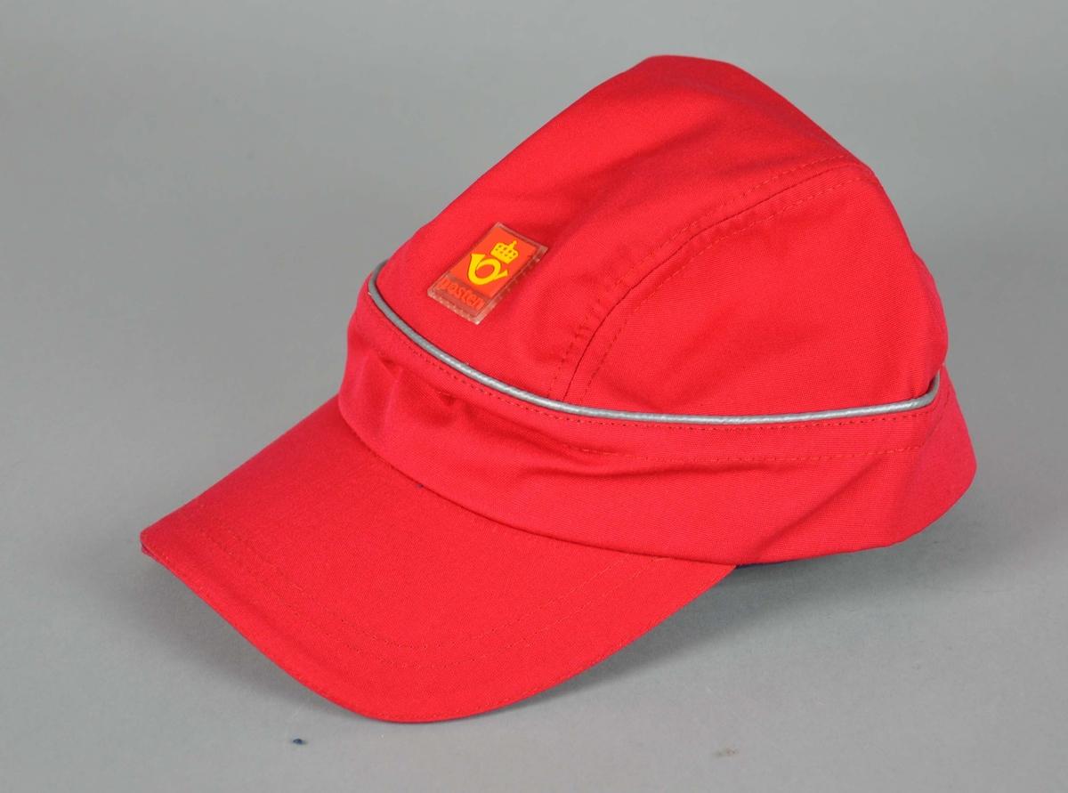 Rød caps med Postens logo, blå foring på innsiden. Spenne bak med justering for størrelse. Medium størrelse.