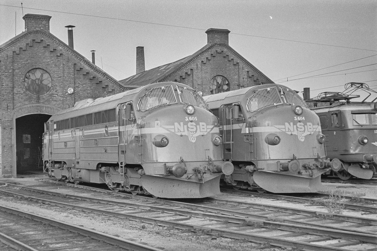 Diesellokomotiver type Di 3 foran lokomotivstallen på Hamar. Di 3 605 og Di 3 604.