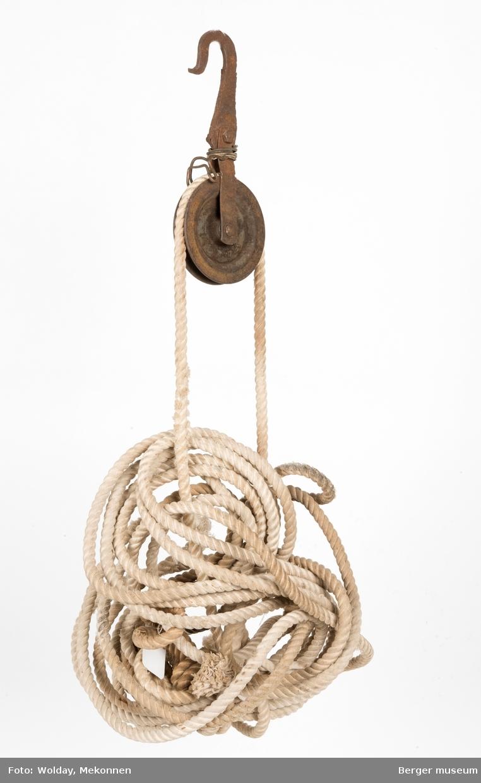 En enkel hjulvinsj med krok. Et nyere tau er festet i vinsjen - etetr å ha vært i bruk i utstillingen på Berger museum ca. 2000-2012.