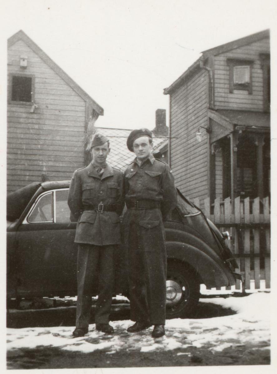 Ivar og Johan Iversen i uniform, foran en bil.