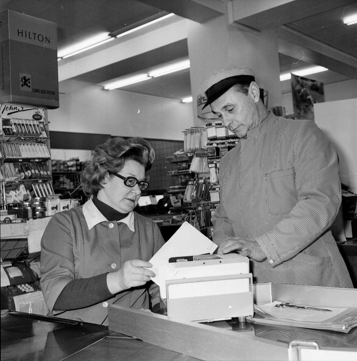 """Vallsta, Hälsinge Livs. Febr 1972 Uppropet """"Vi slutar handla"""". Föreståndare Åke Bergström och Fru Åhlen."""