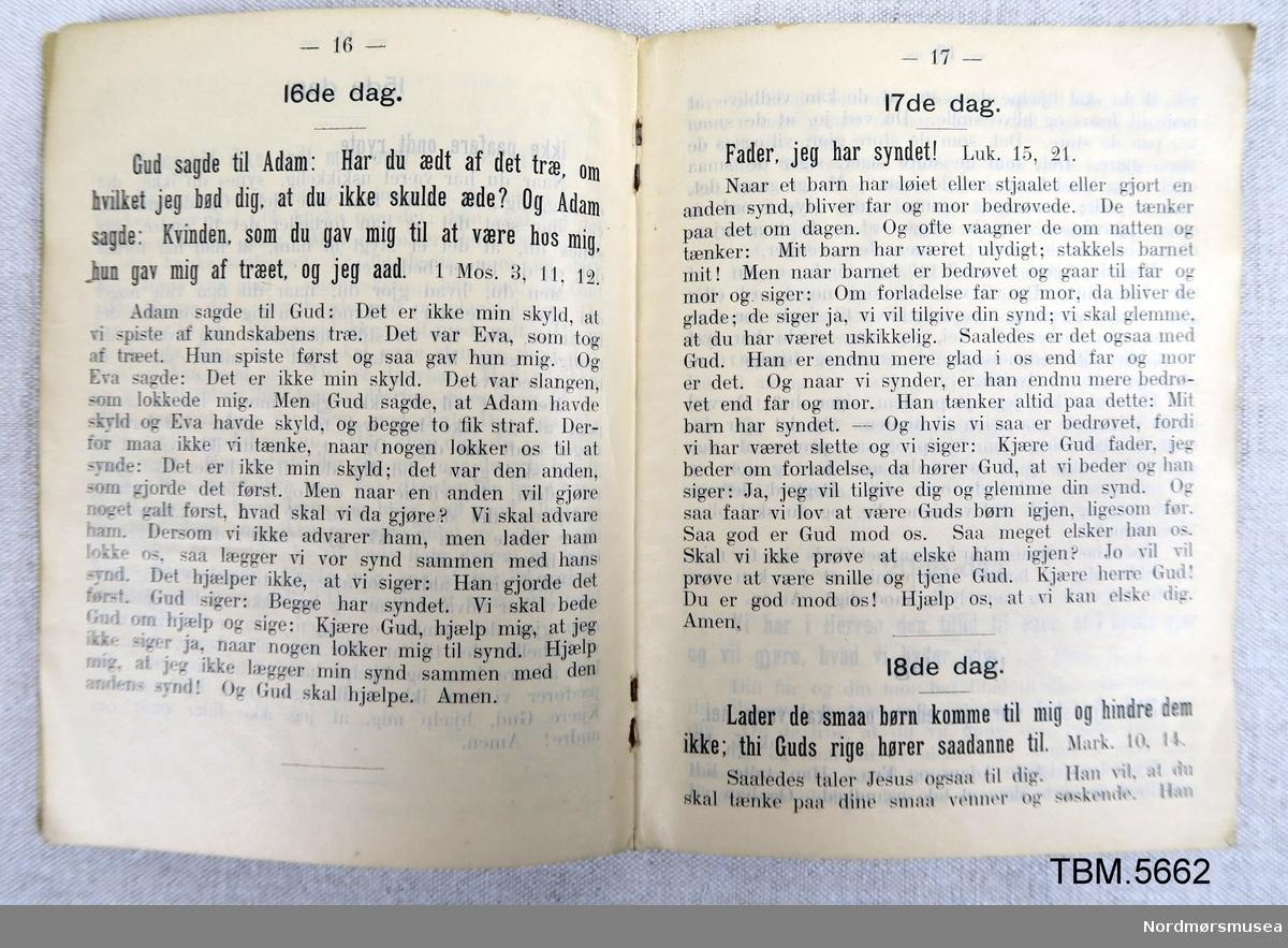 Ei lita, svart bok med religiøse tekstar. 30 sider.