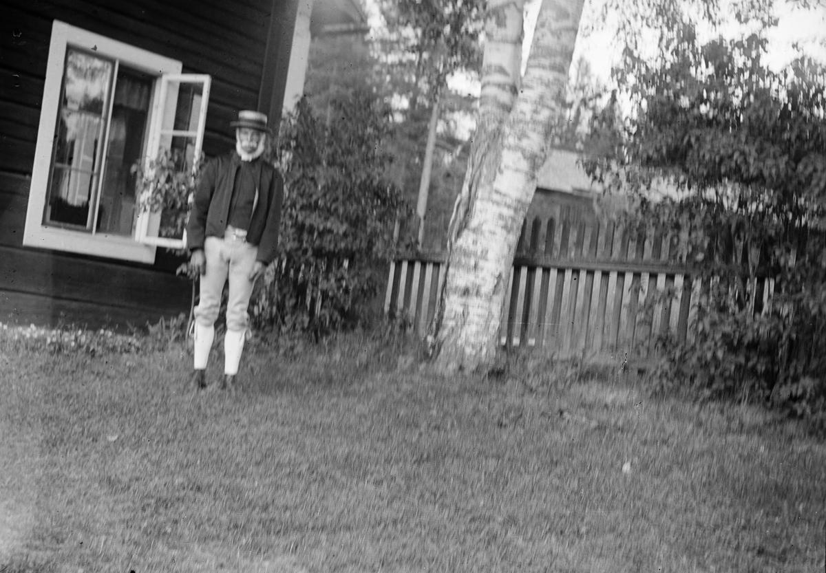 Svens Olle, sannolikt på Svensgården, lantstället som Ruben Liljefors hyrde ett antal år, i Dalarna  i Sverige, 1919
