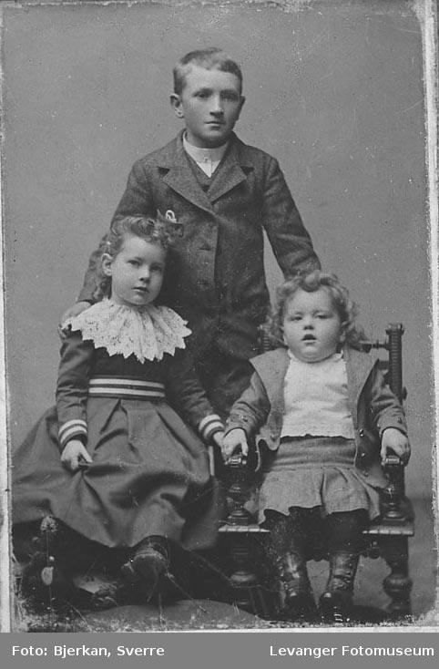 Gruppebilde av søsken, repro av eldre fotografi. Etternavnet er Lund fornavn ukjent