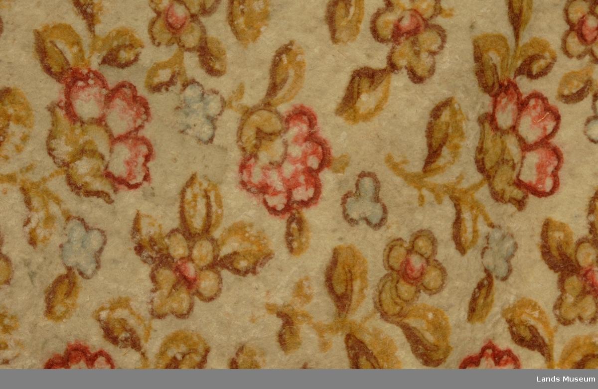 Filtteppe til gulvet i alterringen. Teppet er filtet, håndmalte blader/blomster over flaten. Sydd sammen på midten m/brun bord og bord m/andre dekorfigurer. Klippekant i bue. Ellers kantet m/skinn, delvis slitt vekk. Brunmalt kant i begge sider. Ser ut til å vere satt saman av to løpere. Forbilde for dekoren er antagelig et orientalsk teppe.