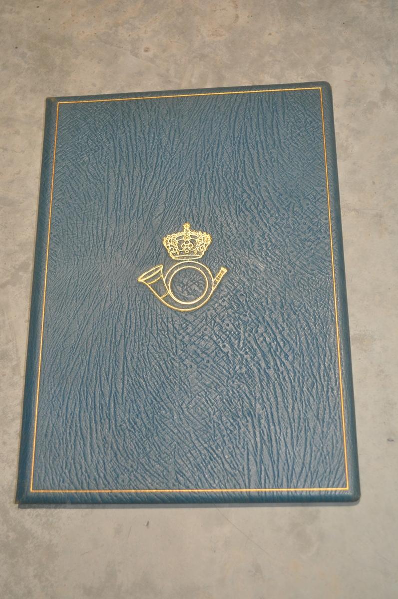Skinnomslag med papirark med gratulasjonshilsen på innsiden.