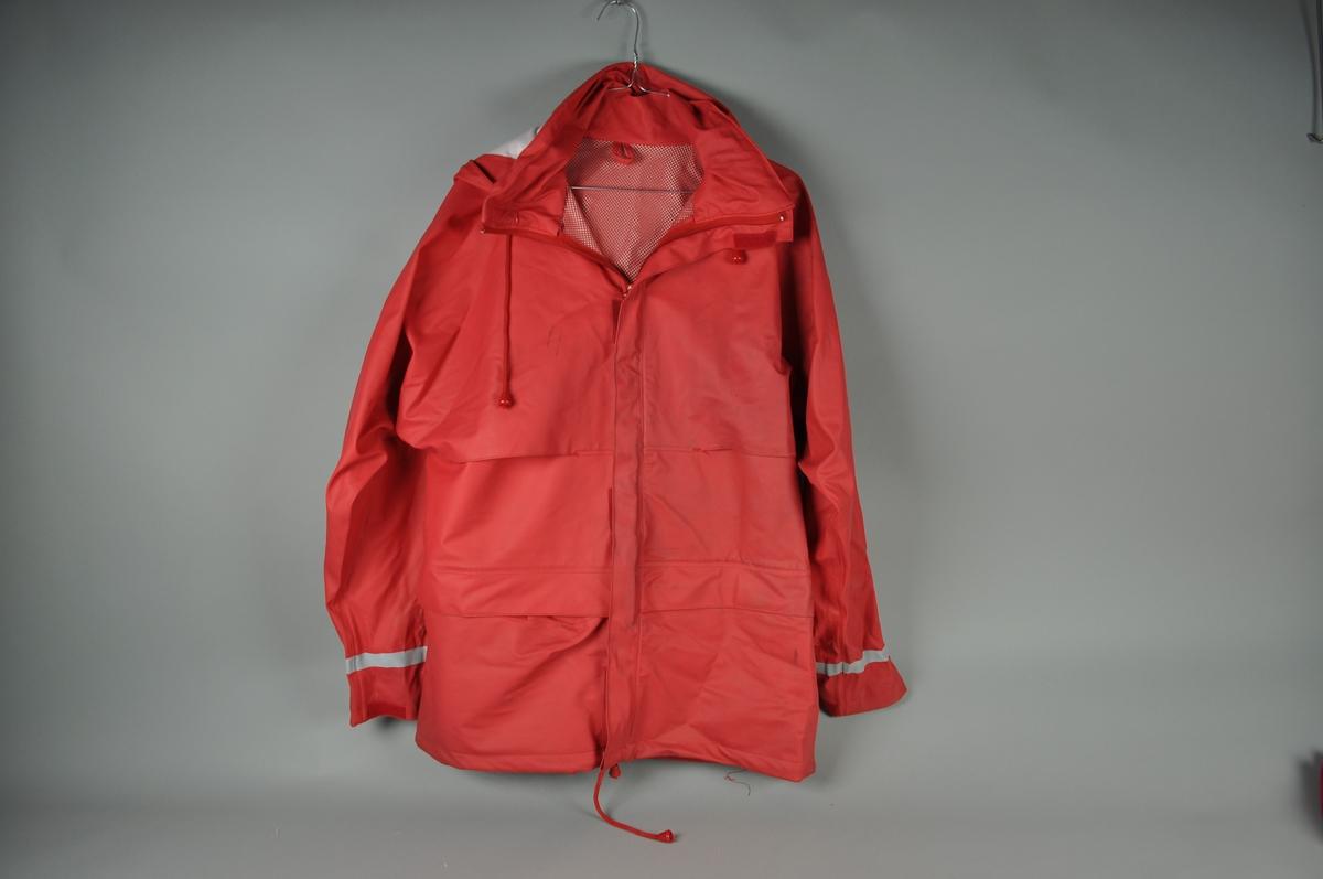 Regndress med refleksbånd. Størrelse M Herrer 50-52 Damer 42-44 Består av jakke og bukse.