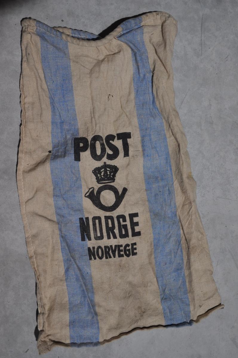 Postsekk i grå/beige farge med blå striper.