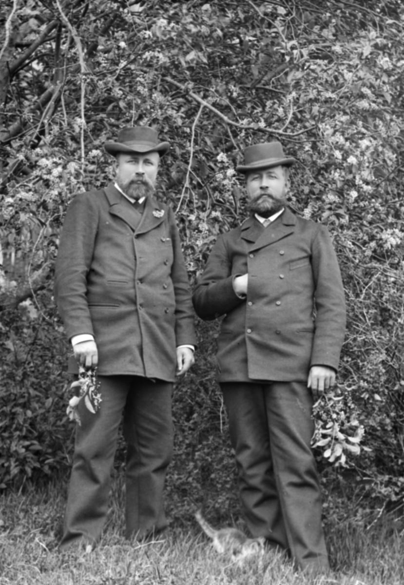 Gruppebilde, Petter Teige til venstre, og Ole Teige .