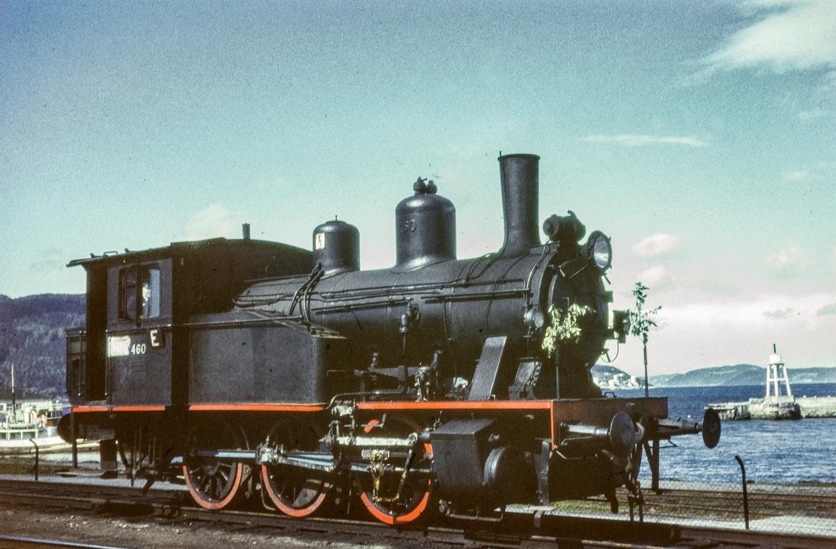 Skiftelokomotiv på Trondheim stasjon. Damplokomotiv type 23b nr. 460.
