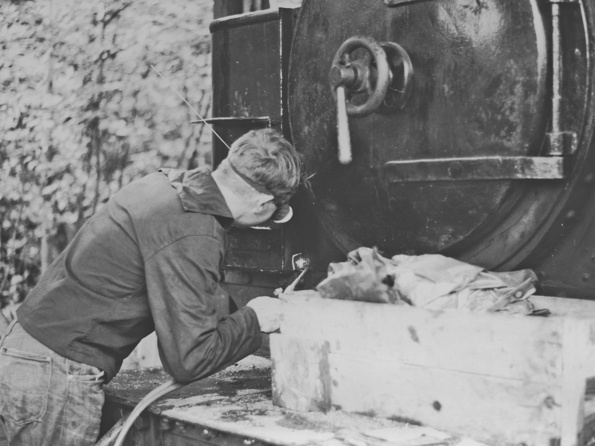 Sveisearbeider på et av museumsbanen Urskog-Hølandsbanens damplokomotiver