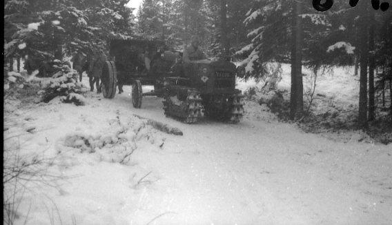 Traktor, Caterpillar, 3 ton. Drar 10,5 cm kanon m/1934.