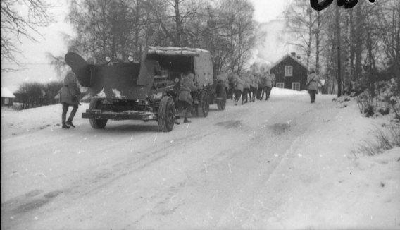 Lastbil med traktorsläp (gengasbil) A 6. Backen vid Bredaryds kyrka.