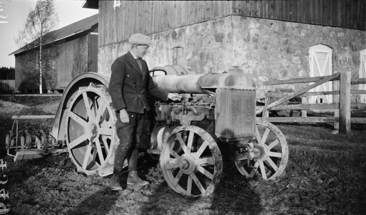 """""""Erik Johanson i Mälby Frösthult"""" med Fordson i Sävasta, Altuna socken, Uppland 1931"""