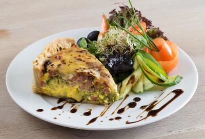 Lunsj i Fjordkaféen: tallerken med et stykke pai og salat.