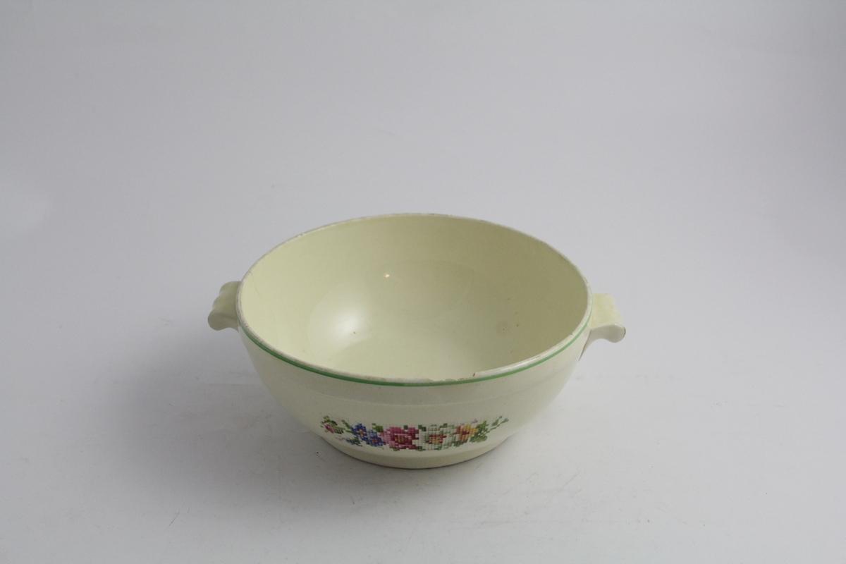 Et lokkefat, med skål og lokk, samt et ekstra lokk. Alle i samme servise fra Egersund. Skål i hvit bunn, med dekor på begge sider, blomster i rosa, blått, gult og hvitt, i tegnet korsstingsmønster. To håndtak. To lokk i hvitt med håndtak toppen, rundt håndtaket en bord med samme dekor som på skålen. Smal grønn strek både på ytterste del av lokket og øverst på skålen. Stemplet i brunt under. 8tall i stempelet skal indikere størrelse.
