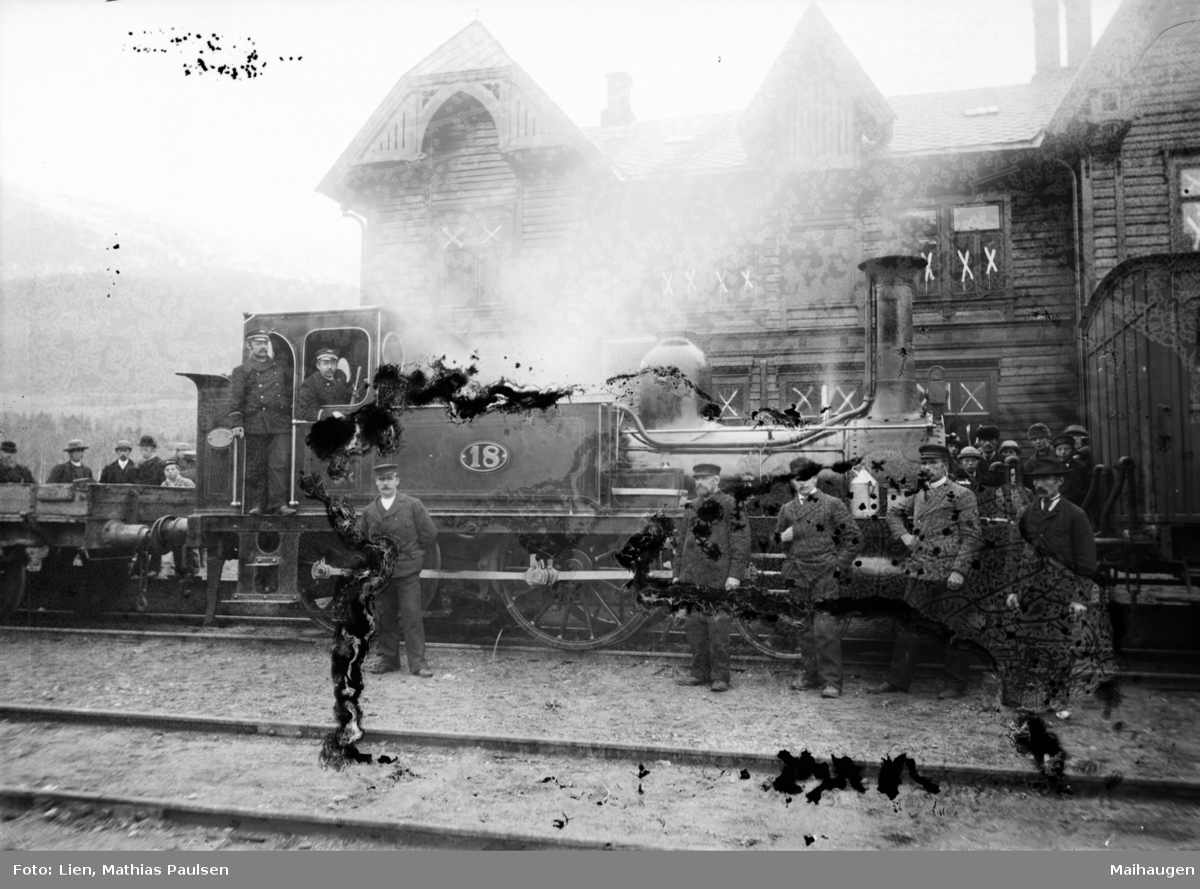 Togsett på Otta stasjon, lokomotivet med lokomotivførere og andre personer forran stasjonsbygningen