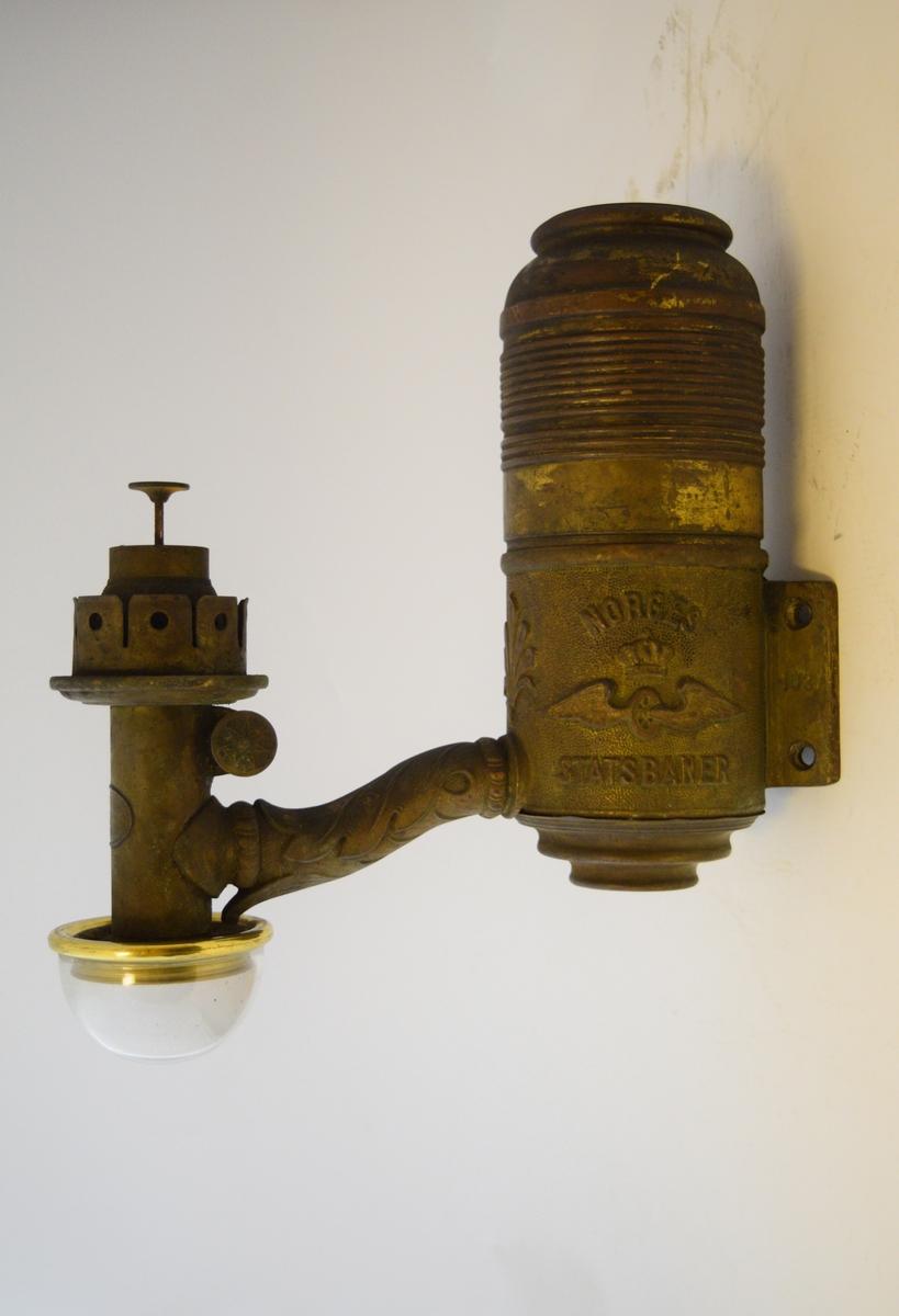 Oljelampe. Beholder for parafin i den øverste delen. Hang i lampeholder montert i taket på jernbanevogner.