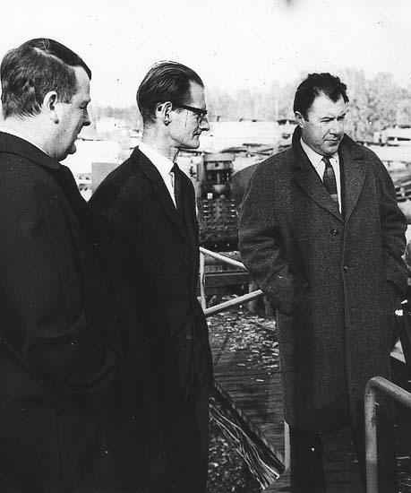 """Karl-Axel Sjöblom """"KAS"""" för Sveriges Television i Torsby på 1960-talet. Troligtvis för inspelning av filmen """"Rökstuga"""" som handlar om flytten från Ritamäki."""