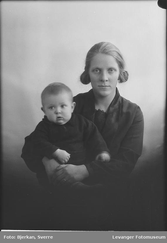 Portrett, torlig av mor og barn. Moren er Borghild Iversen