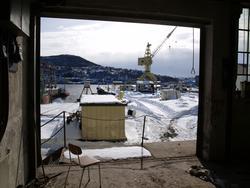 Bygningsmiljø på Kaarbøverkstedet. Kran i bakgrunnnen.
