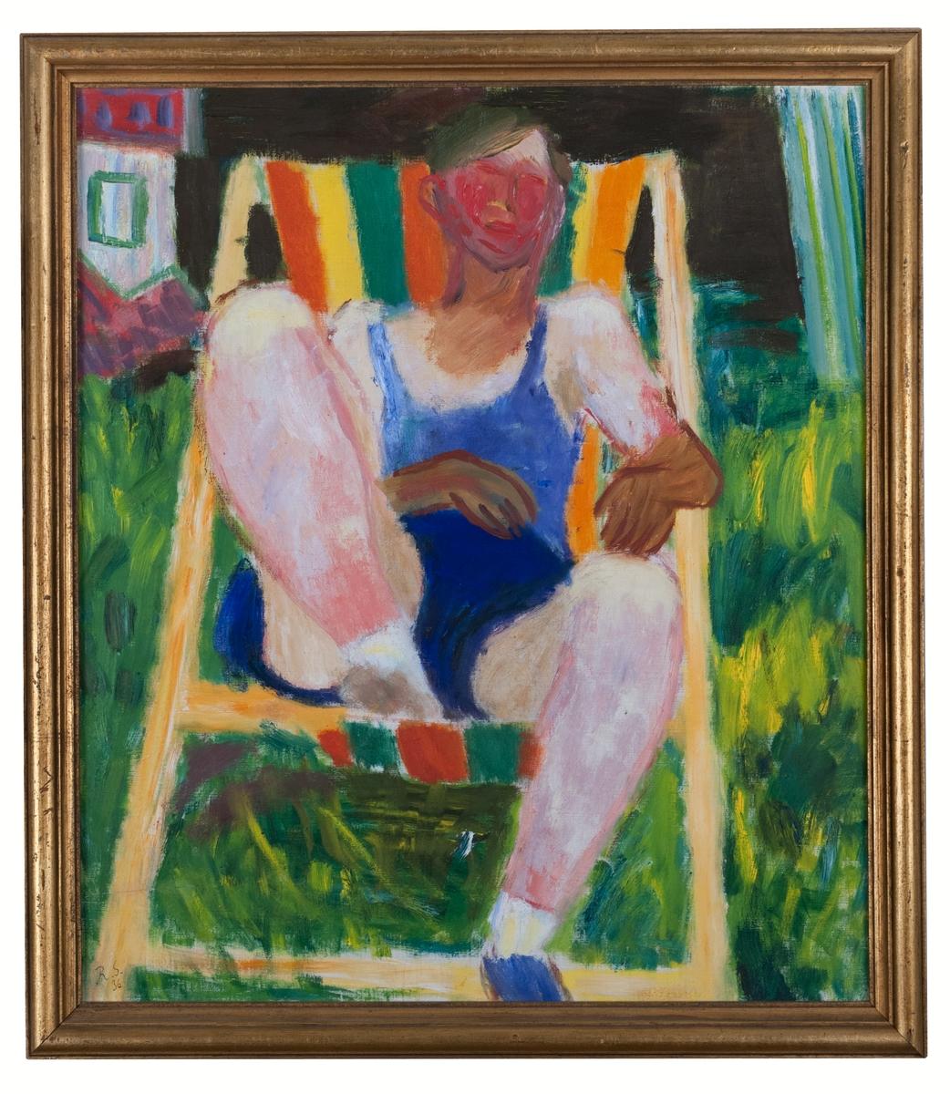 """Oljemålning """"I vilstolen"""" av Ragnar Sandberg. Man sittande i en trädgårdsvilstol; mannen har mörkblå korta byxor och ljusblå tröja; vilstolen med orange-grön-gult tyg står på gräsmattan, t.v. i fonden hus. Fonden till större delen svart."""