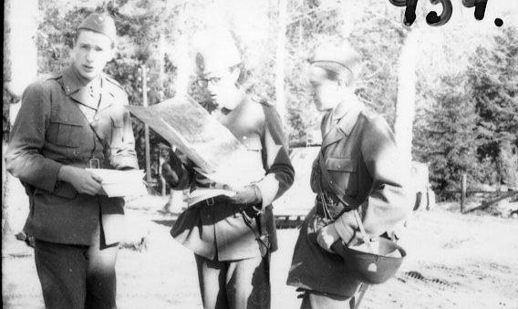 Ordergivning, löjtnant Fagerholm i mitten.
