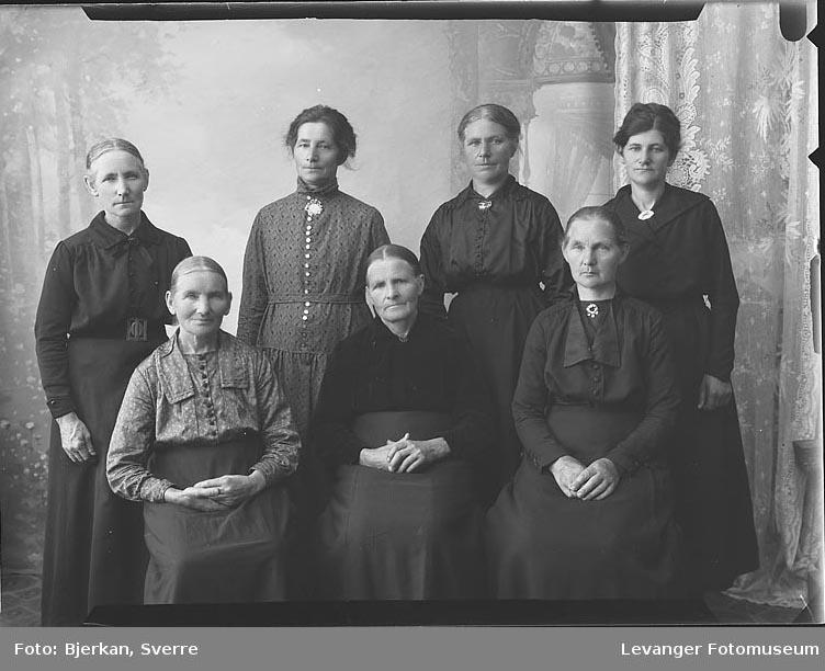 Gruppebilde  av syv kvinner. En av dem Heter Elise Jørgensen