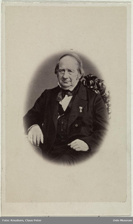 portrett, mann, sorenskriver, vignettert sittende halvfigur