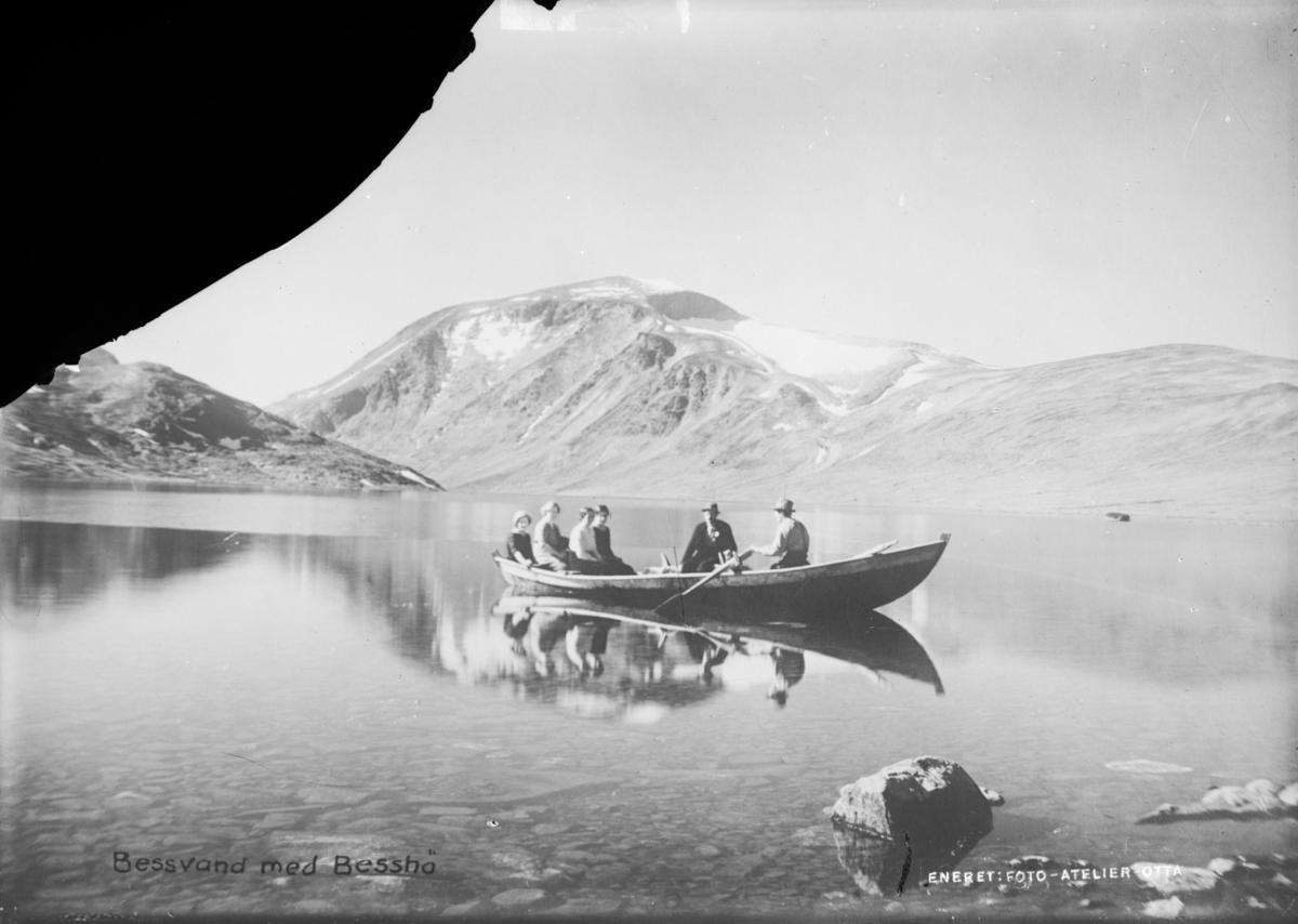 Jotunheimen, Bessvatnet mot Besshø, med gruppe på 6 i robåt