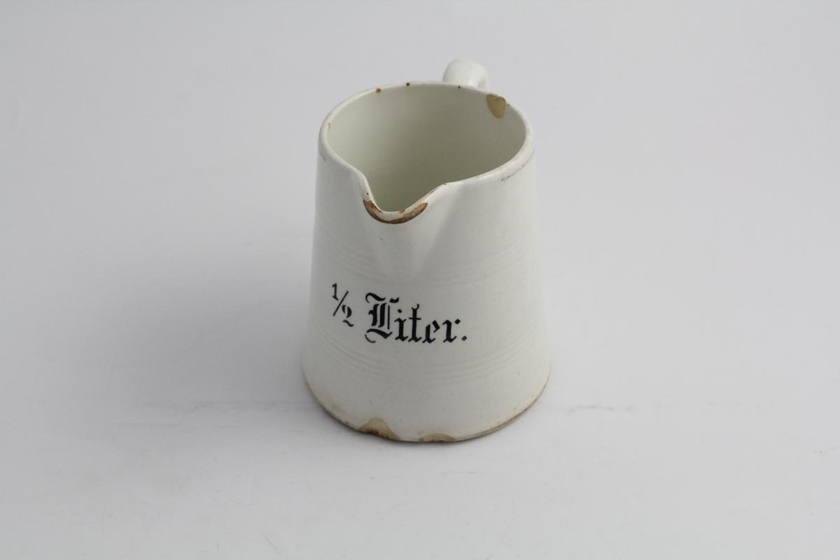 Konisk litermål i steintøy, med hank. To horisontale riller preget i godset. Trykket måleenhet på siden i sort skrift, gotisk type.