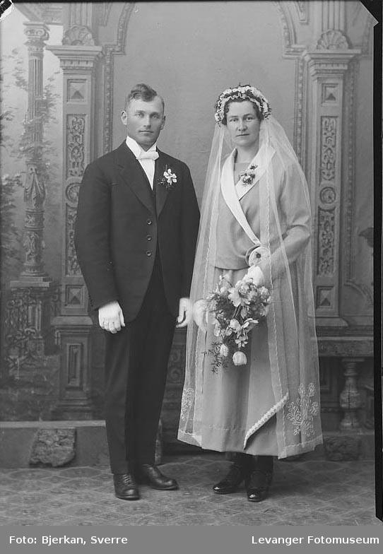 Portrett av et brudepar. Mannen heter Ole T Bjørgum