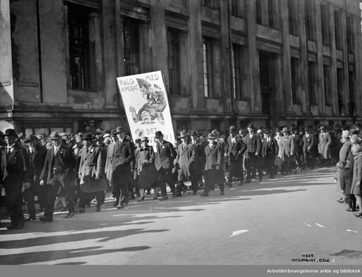 1. mai 1927 i Oslo. Toget er på vei ned.Universitetsgata. Parole: Følg med kamerat.